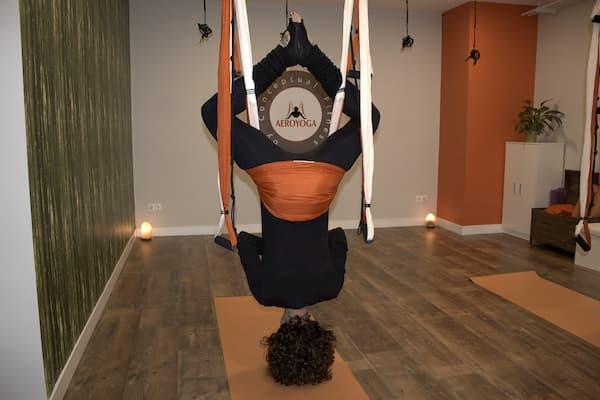 Mujer de cabeza haciendo yoga.
