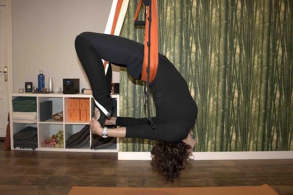 Mujer de espaldas practicando yoga.