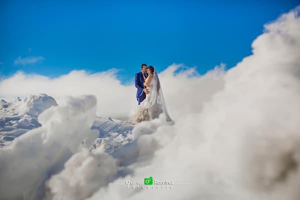 Recién casados entre nubes