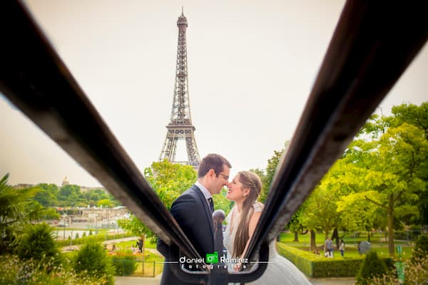 Pareja delante de Torre Eiffel