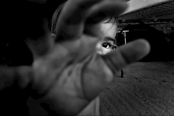 bebe estirando su mano