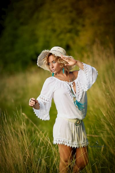 Mujer vestida de blanco.