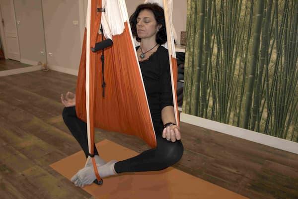 Mujer haciendo aeroYoga
