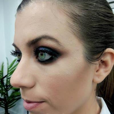 mujer recién maquillada
