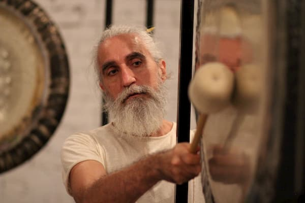 Hombre tocando un gong.