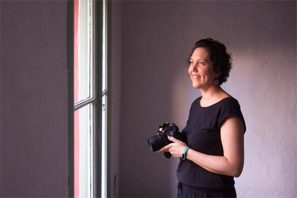 Mujer con cámara fotgráfica