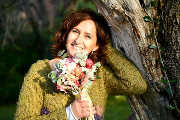 Mujer con ramo de flores.