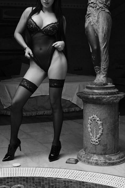 Mujer junto a una estatua