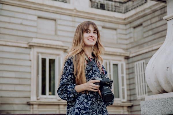 Mujer con cámara fotográfica.