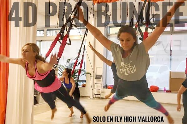 Mujeres haciendo ejercicio aéreo.