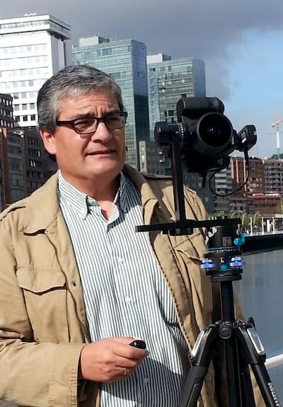 Hombre con cámara de fotos.