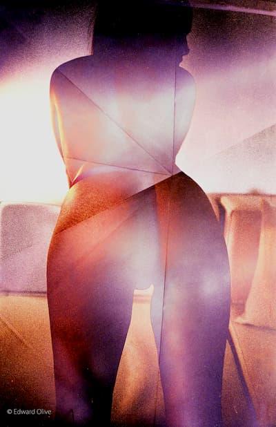 Mujer semidesnuda de espaldas.