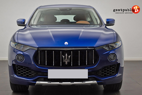 Auto deportivo azul.