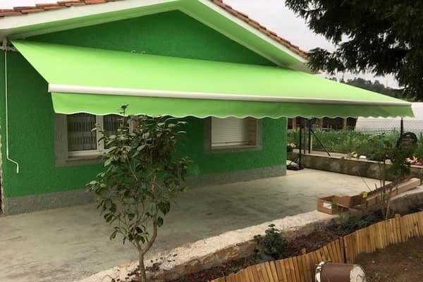 Toldo y casa verde.