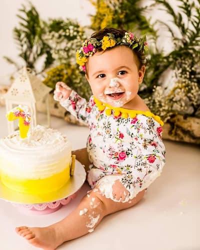 Bebé comiendo pastel.