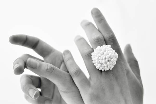 Manos y anillo.