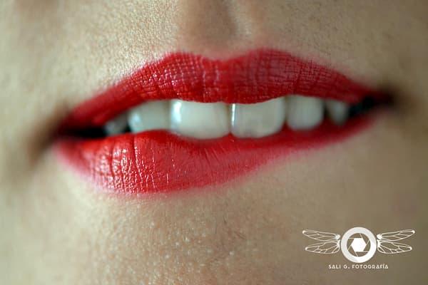 Boca con labial rojo.