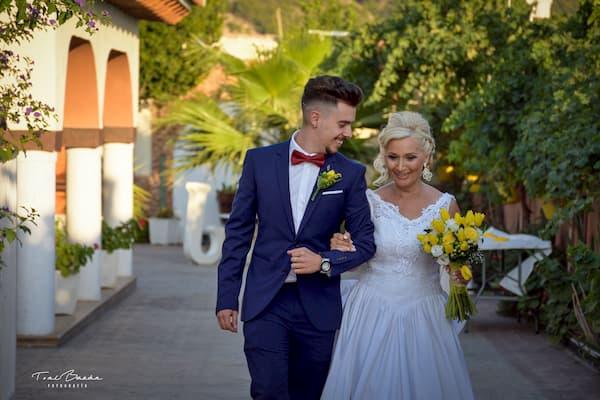 Pareja recién casada caminando.