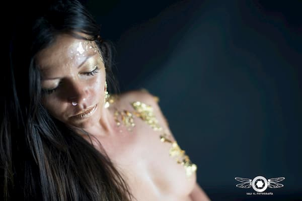 Mujer semi desnuda.