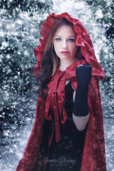 Mujer de capa roja.