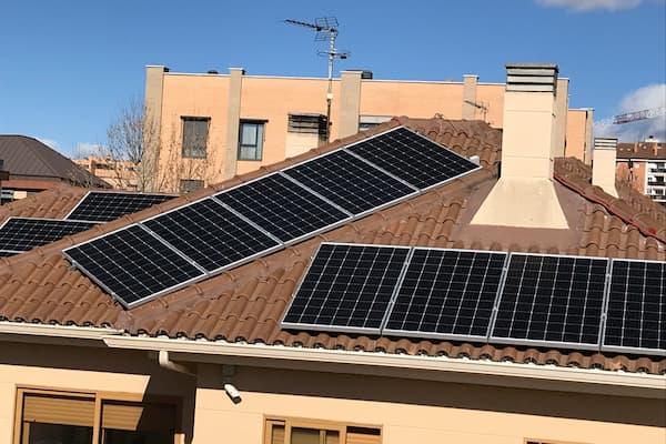 Paneles solares en techo.
