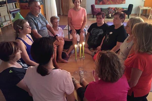 Personas meditando.