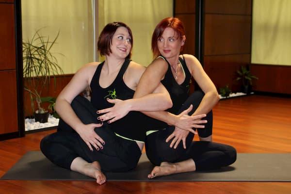 Dos mujeres sentadas.