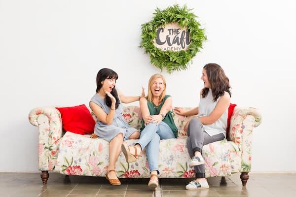 3 Mujeres en un sofá.