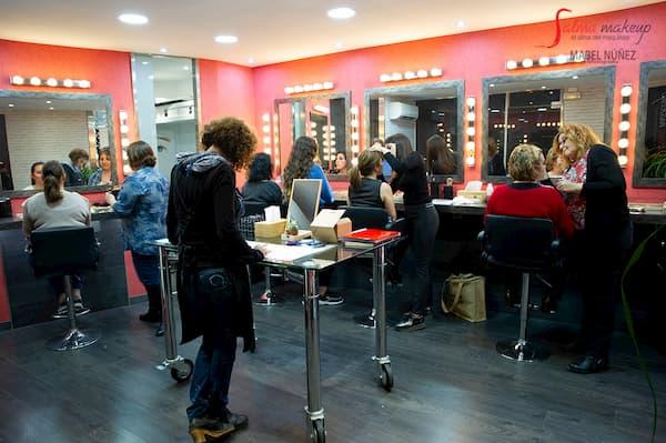 Mujeres en salón de maquillaje.