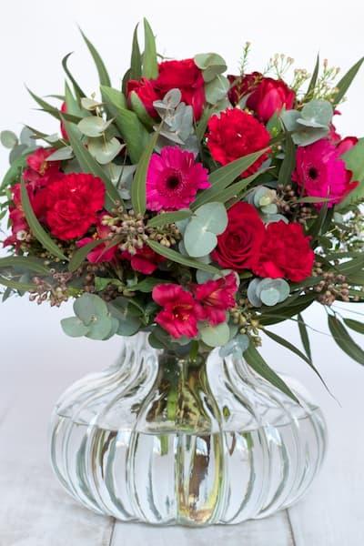 Arreglo floral en jarrón.