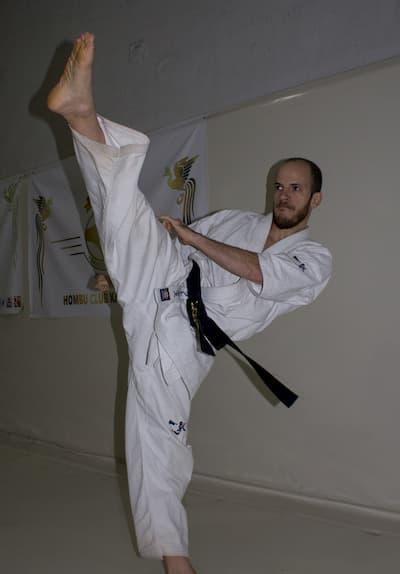 Karateka pateando.