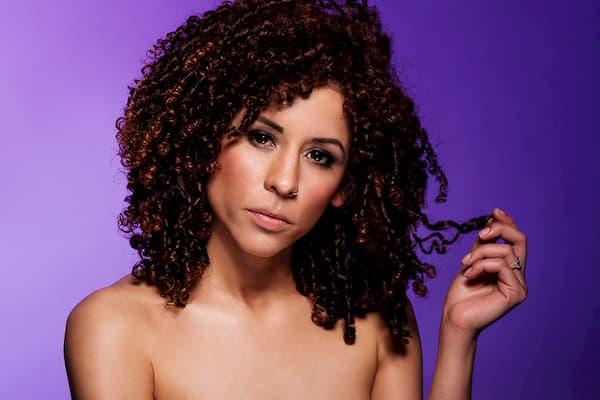 Mujer de cabello rizado.