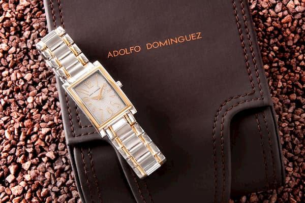 Reloj y estuche marrón.