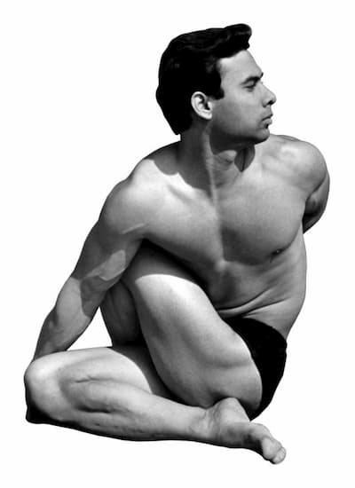 Hombre practicando Yoga.