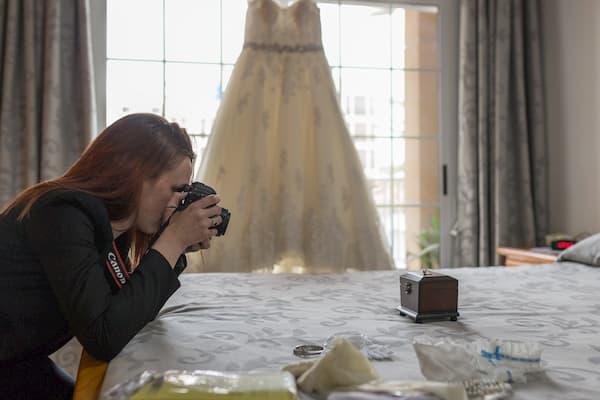 Mujer fotografiando objetos.