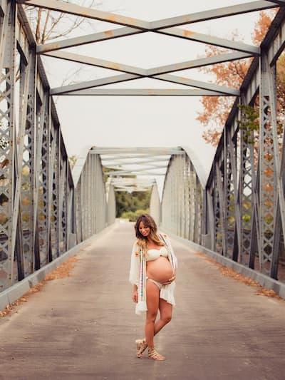 Embarazada en un puente.