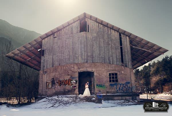 Pareja en edificio abandonado.