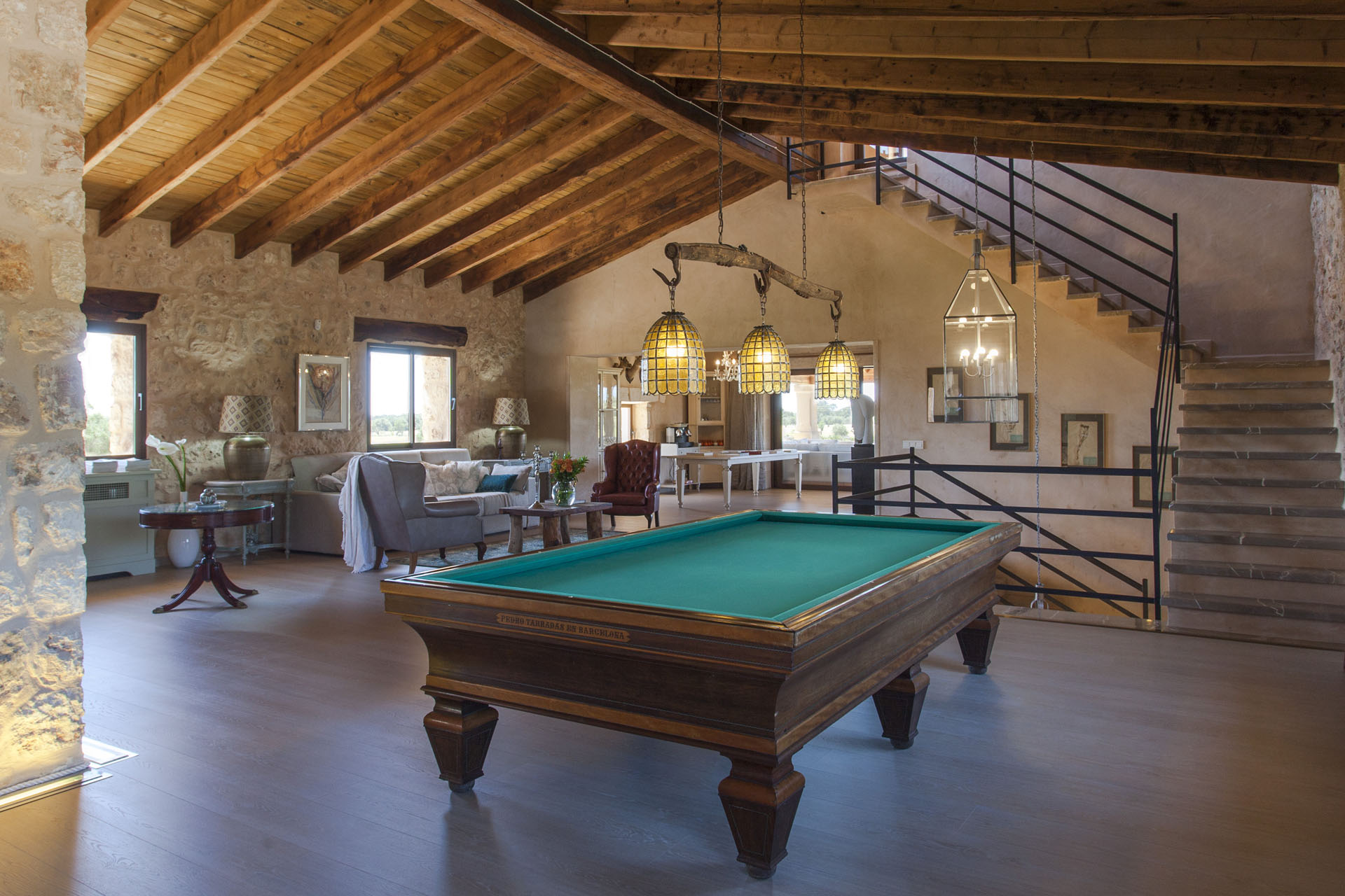 Interior con mesa de billar.