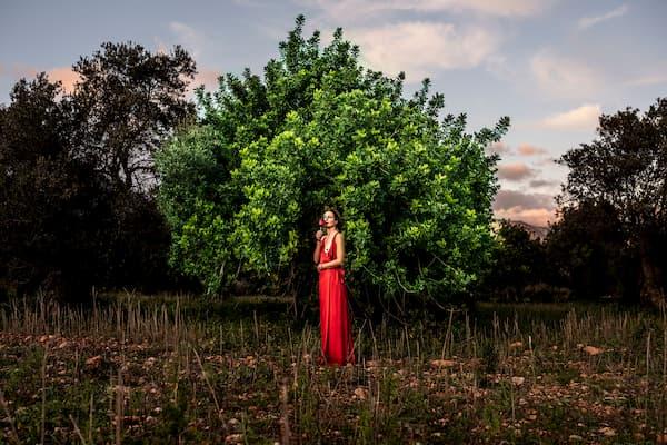 Mujer de vestido rojo.