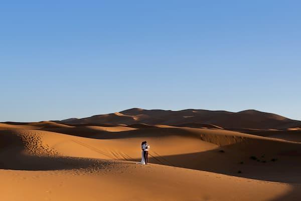 Pareja en el desierto.