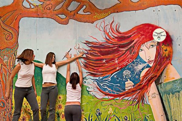 3 Mujeres sobre mural.