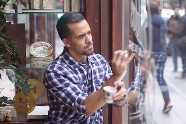 Hombre trabajando sobre cristal.