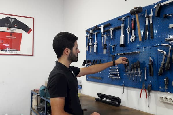 Hombre y herramientas.