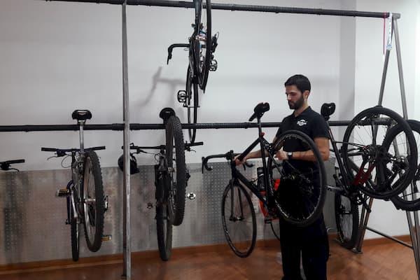 Bicicletas y hombre.