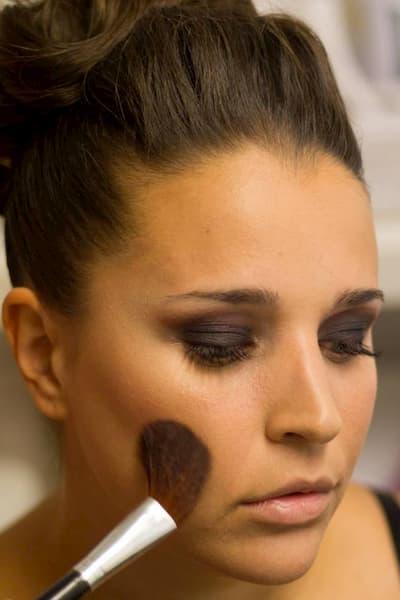 Mujer siendo maquillada.