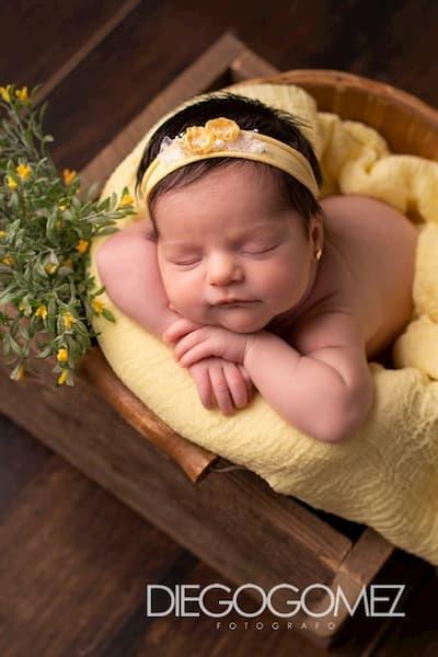 Bebé de amarillo.