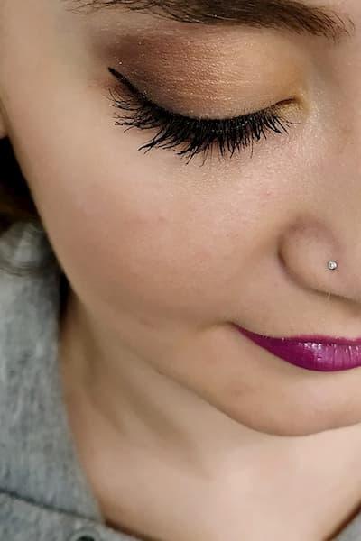 Sombra y maquillaje en mujer.