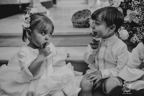 Niños haciendo silencio.