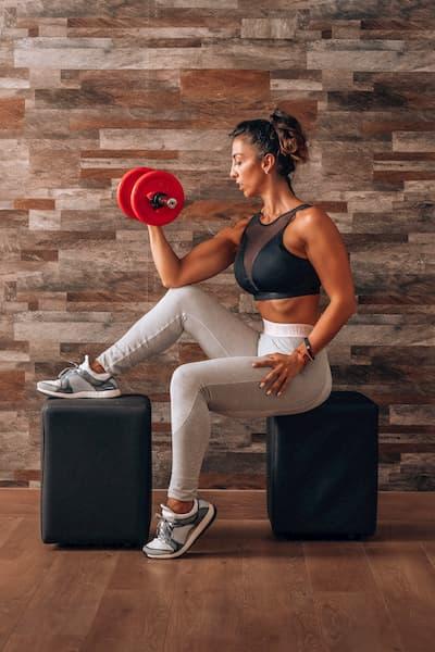 Mujer haciendo pesas.