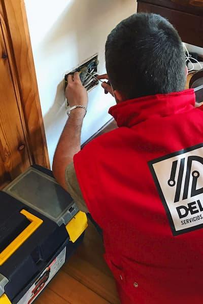 Electricista trabajando.